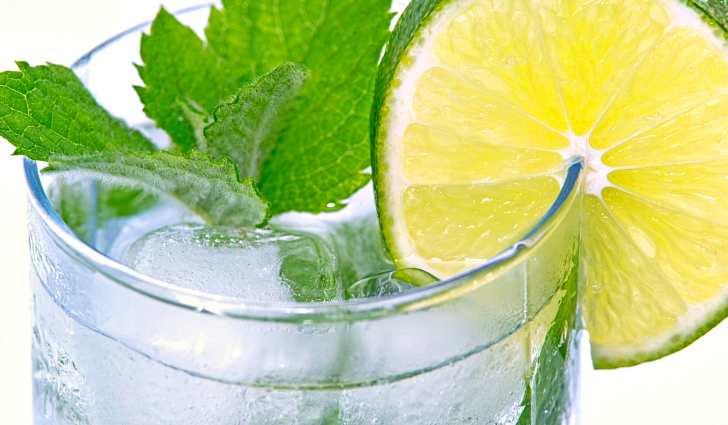 Содовая вода с лаймом и мятой