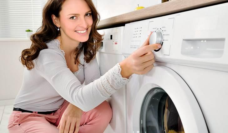 Девушка со стиральной машиной