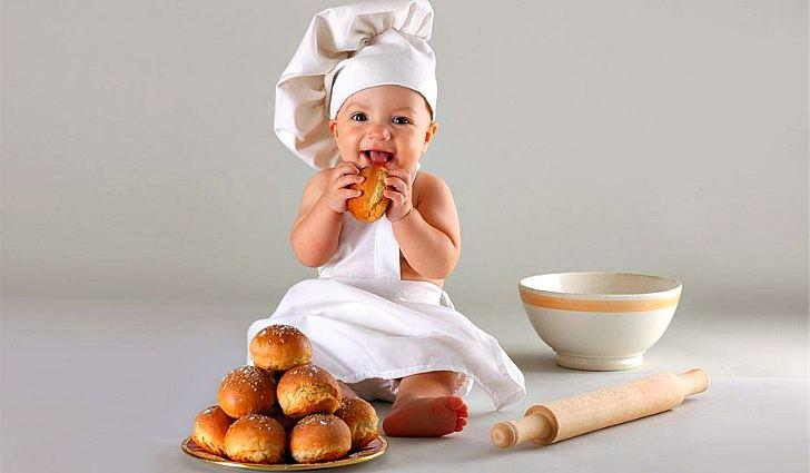 Малыш с пирожком