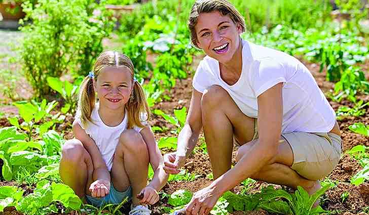Мама с дочкой на огороде