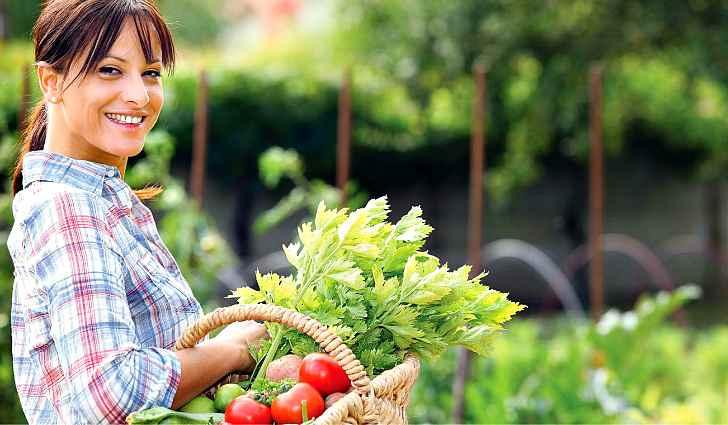 Девушка со спелыми овощами
