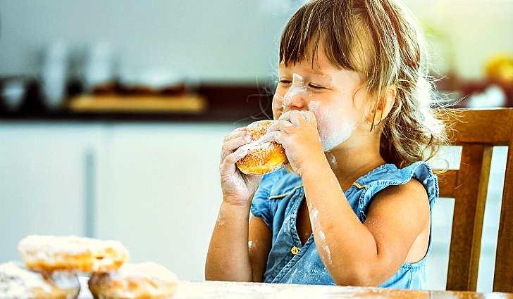 Лицо ребенка в сахарной пудре