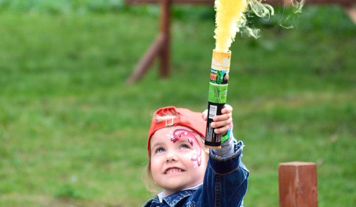 Ребенок пускает желтый дым
