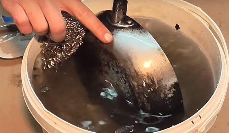 Содовая взрывчатка для удаления въевшихся загрязнений с посуды