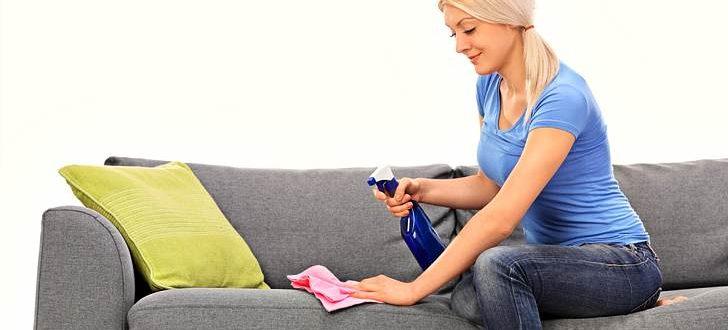 Девушка чистит диван содой
