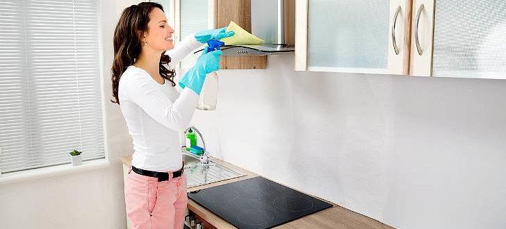 Девушка моет кухню