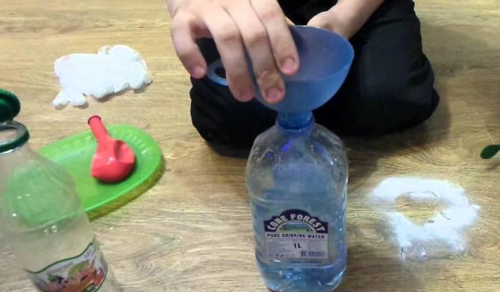 Надувание шарика при помощи соды и уксуса